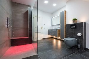 Ein Bad mit bodenebener Dusche und besonderer Beleuchtung.
